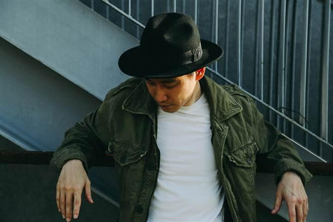 歌手胡恩瑞率性示範EA帽秋冬穿搭。(緯泰公關提供)