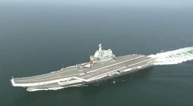 解放軍首艘自製航母002艦17日通過台灣海峽的畫面。(@人民海軍錄影截圖)