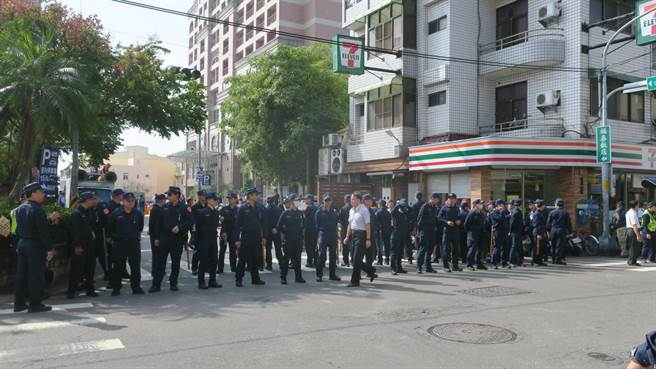 上午10點多,大批警力以人牆阻隔,將國民黨、民進黨雙方陣營人馬阻隔開來,避免擦槍走火。(謝瓊雲攝)