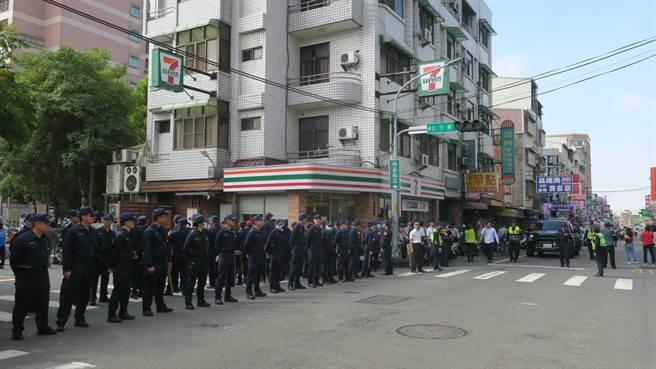 民進黨聯合登記造勢隊伍抵達彰化縣選委會時,國民黨人馬剛好逐漸散去。(謝瓊雲攝)