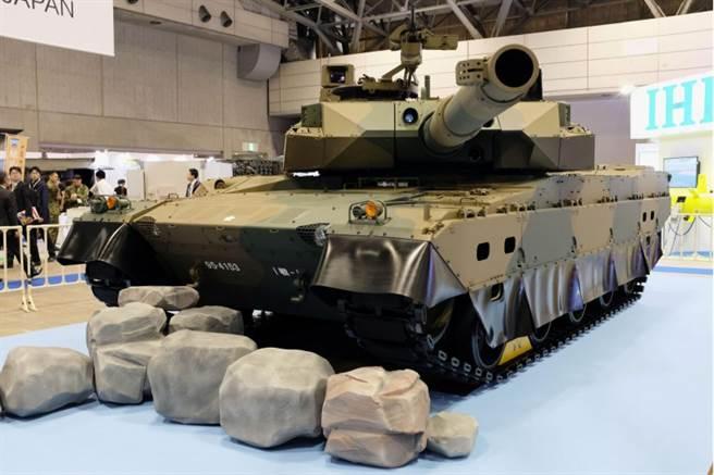 日本防衞裝備廳展出10式主戰坦克。(路透)