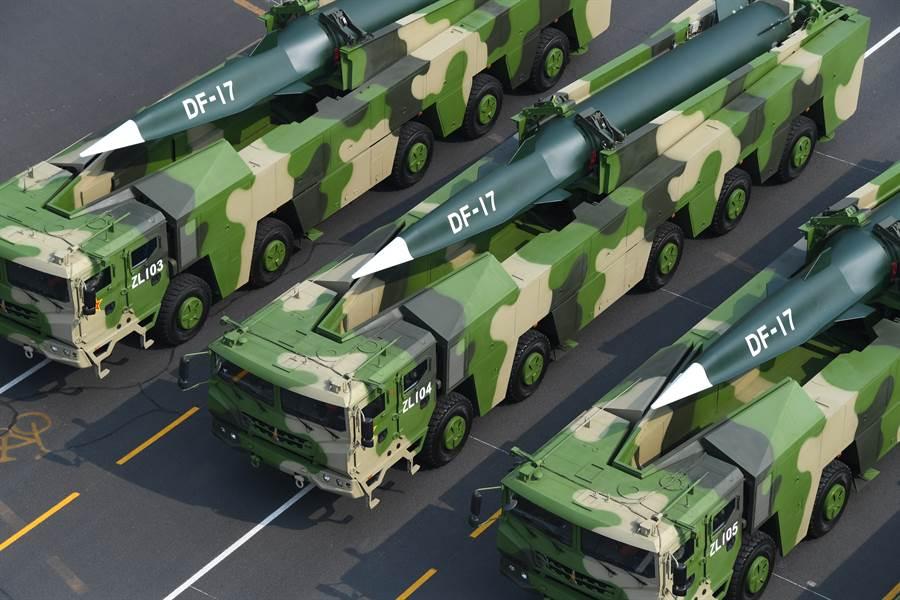 解放軍在10/1大閱兵中展示了東風-17高超音速乘波體彈道飛彈。(新華社)