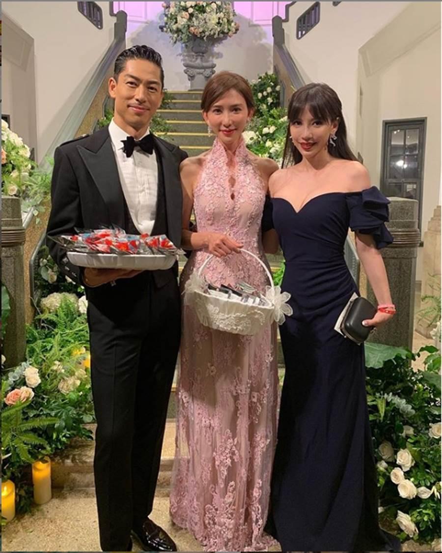 王力宏妻子李靓蕾(右一)穿深V低胸礼服出席林志玲婚礼。(摘自李靓蕾IG)
