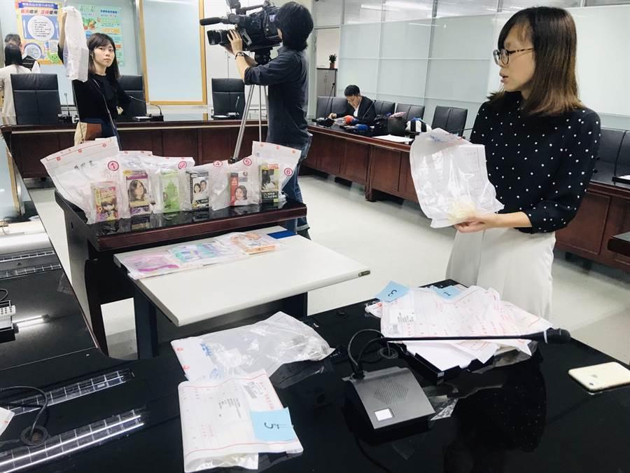北市衛生局18日舉行記者會,公布5件食品容器具未標示耐熱、是否重複使用,6件染髮劑標示不清。(張穎齊攝)