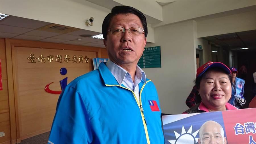國民黨台南市黨部主委謝龍介對是否退不分區立委表示再考慮一天,預言蔡賴配成真「省500份雞排」。(程炳璋攝)