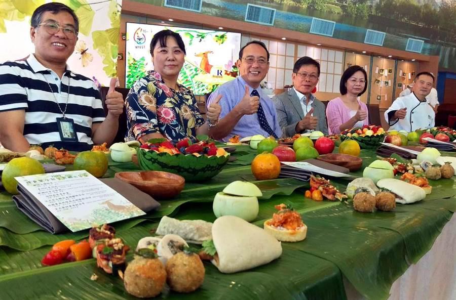 屏科大舉辦「裸食饗亭無餐具創意餐會」,用香蕉葉當桌布,椰子殼當杯子,手當筷子,提倡綠色、環保、永續概念。(潘建志攝)
