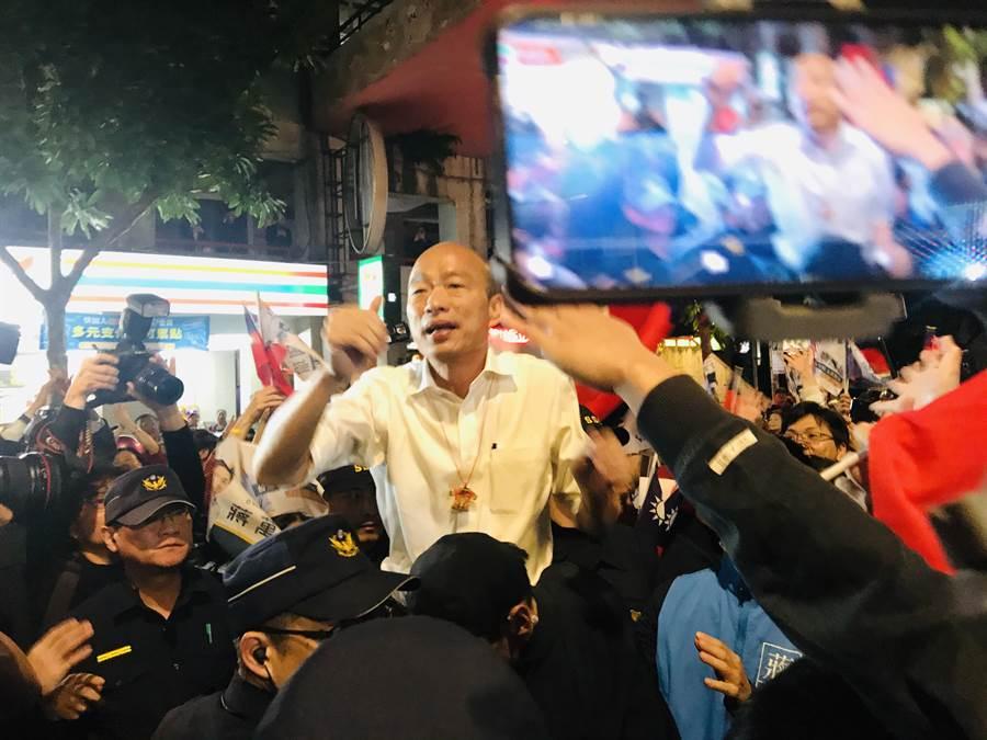 國民黨總統參選人韓國瑜18日晚間在北市興安華城,與支持者相見歡。(張穎齊攝)