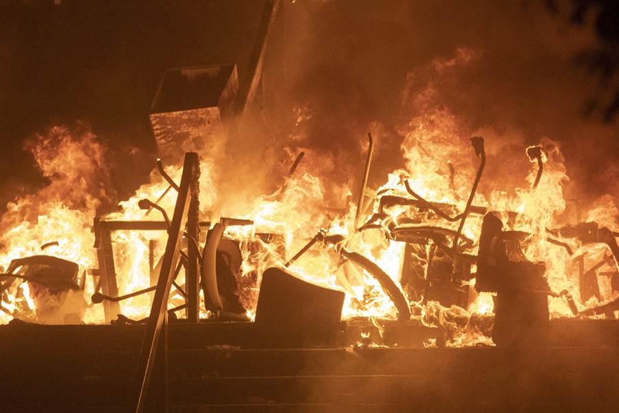 香港理工大学内大批杂物被纵火,随着化学品容器与油气铁罐爆炸推动火势,形成一幅恐怖景象。火势随后被赶到消防队扑灭,但贸下满地脏乱与难闻气味。(图/路透)