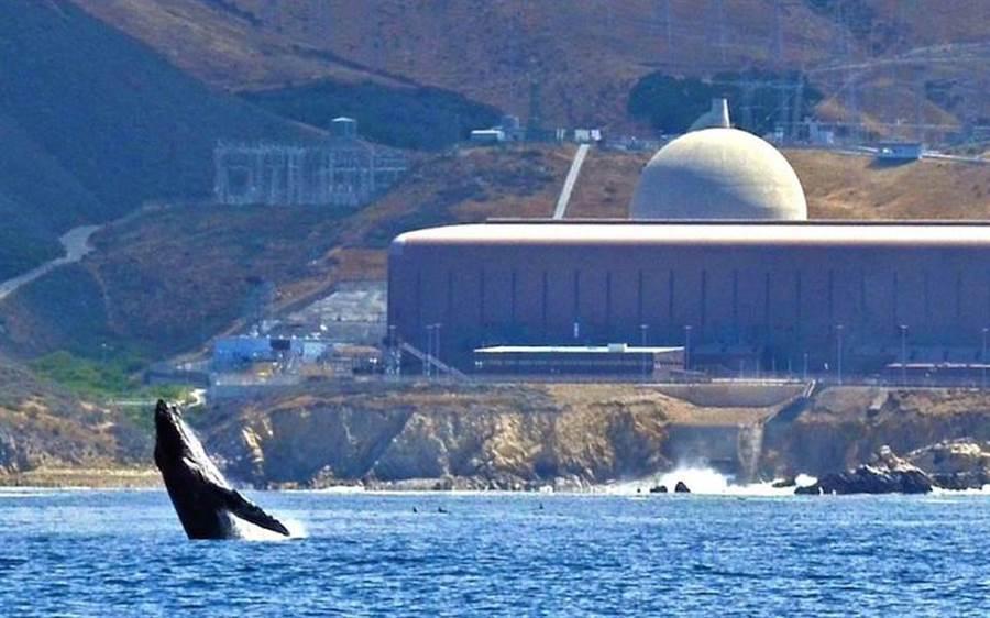 恶魔神峡谷核电厂是加州唯一还在运作的核电厂,预计在2024~2025年除役,届时,加州会短缺2256百万瓦的无碳电力。(图/Mothers for Nuclear)