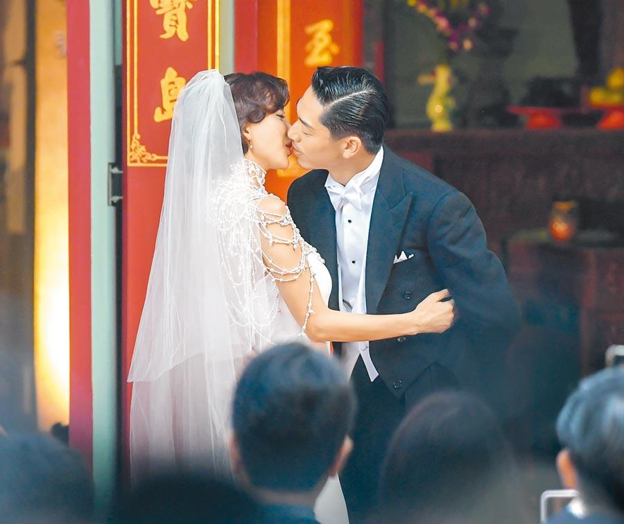林志玲與日本「放浪兄弟」成員AKIRA,17日在台南舉辦世紀婚禮,主持人蔡康永起鬨夫妻倆親吻表達愛意,2人雖害羞,仍嘴對嘴甜吻近10秒。(盧禕祺攝)