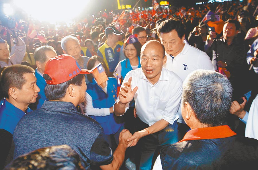 國民黨總統參選人韓國瑜(右二)17日出席新北永和區立委參選人林德福聯合造勢活動,爭取選民支持。(陳信翰攝)
