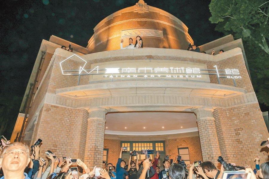 AKIRA(左)與林志玲昨在婚宴前先上台南美術館1館的2樓向圍觀民眾致謝。(盧禕祺攝)