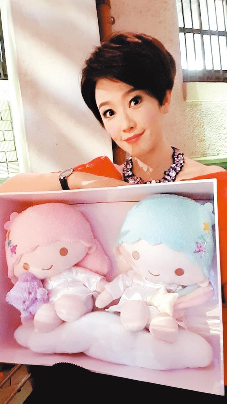 寇乃馨昨帶著日本絕版限量雙子星娃娃,送給林志玲當賀禮。(寇乃馨提供)