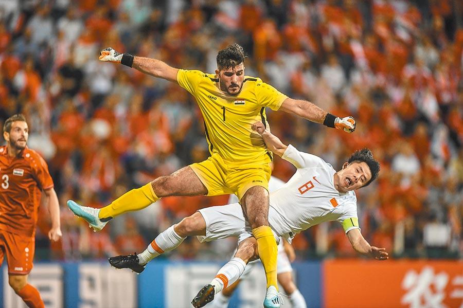 14日,中國隊球員蒿俊閔(右)在和敘利亞隊守門員阿爾瑪拚搶。(新華社)