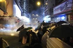 上萬示威者向理大運送物資 港警深夜展開拘捕