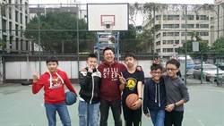 三重籃球場破損 新北市議員王威元爭經費添地方特色