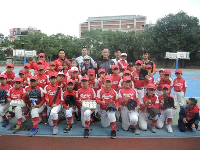 中華職棒大聯盟會長吳志揚(後排右三)率職棒球星道楊心國小,贈送球具並指導小朋友打棒球。(邱立雅攝)