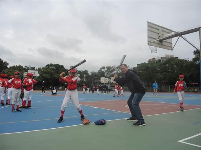 中華職業棒球大聯盟會長吳志揚(右)與楊心國小棒球隊學童齊揮棒。(邱立雅攝)