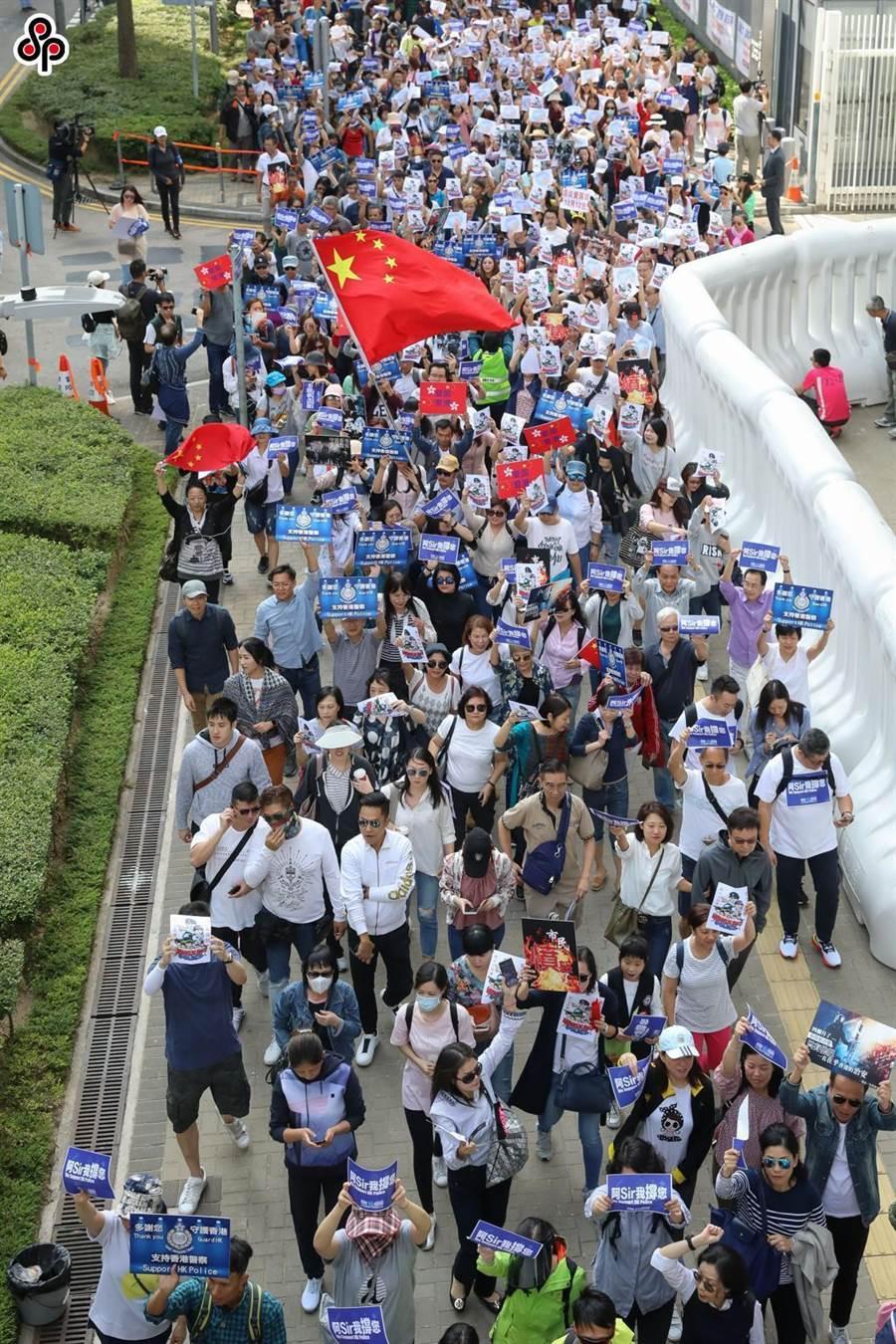 數千香港市民11月16日前往香港特區政府總部參與「反暴力,愛和平,撐警察,護安寧」集會。(中新社)
