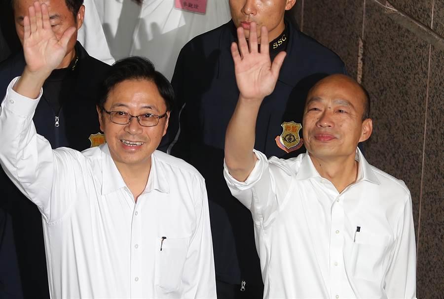 國民黨總統選舉參選人韓國瑜(右)18日與他的搭擋張善政(左)一起到中選會,正式登記參選第15屆總統副總統選舉。(資料照,季志翔攝)