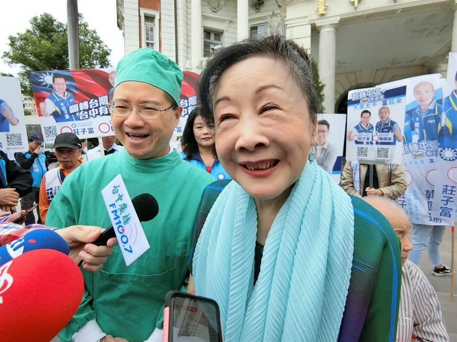 前台中市長胡志強夫人邵曉鈴說,為年輕人加油,看到年輕人就有希望,希望莊子富進入國會,為台中打拚。(盧金足攝)