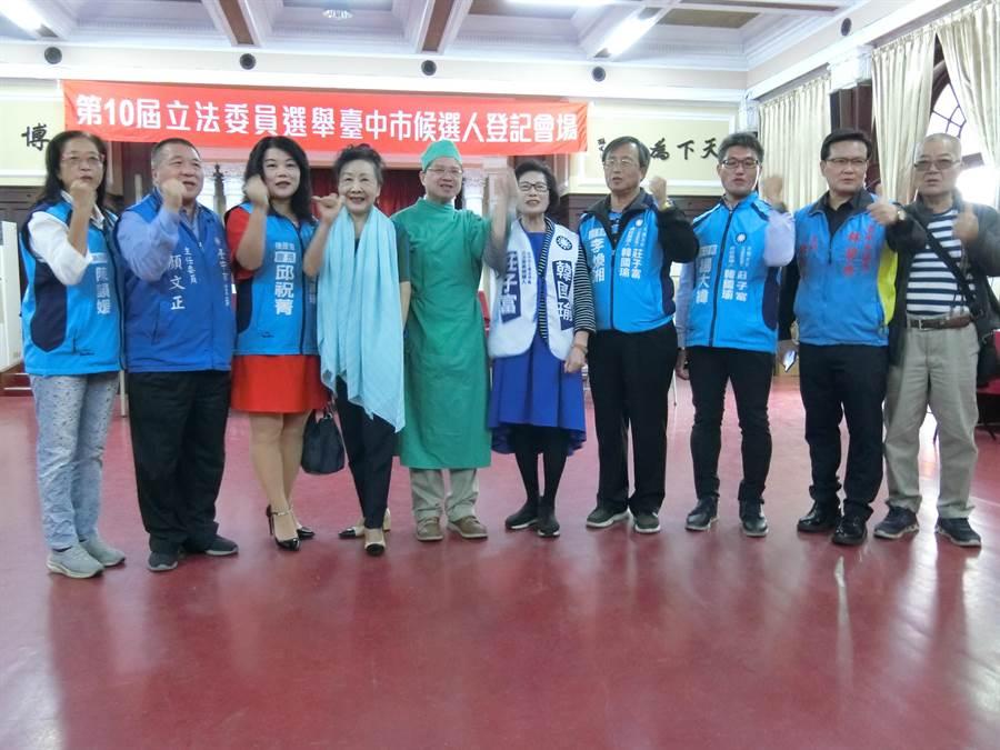台中市立委第7選區參選人莊子富與支持者高喊「國瑜治國要助手,子富國會好幫手」口號。(盧金足攝)