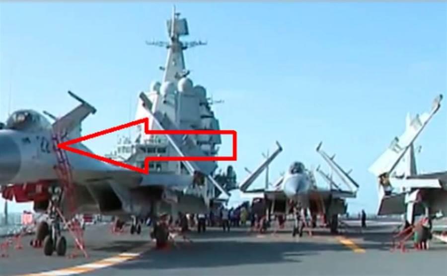 解放軍首艘自製航母002艦的飛行甲板上,出現了編號為22的殲-15艦載戰機(見圖)。分析認為,第一艘航母「遼寧」艦的艦載機是1字開頭,而這很可能就是002艦的固定翼艦載機。(網路)