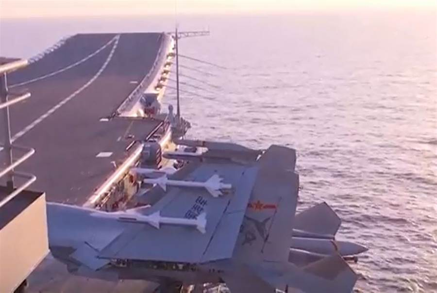 分析指出,002艦上的殲-15艦載戰機掛載的可能是實彈,彈體為白色。(央視截圖)