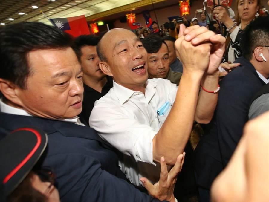 韓國瑜參與活動經常受到熱情民眾包圍,隨扈們做維安工作非常辛苦。(中時報系資料照片)