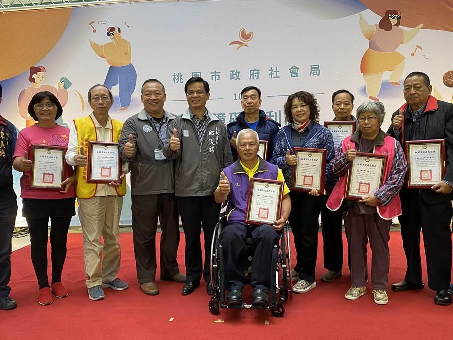 社會局19日舉辦身障參與式預算成果發表會,並致贈感謝狀給8個獲選提案的社福團體。(蔡依珍攝)