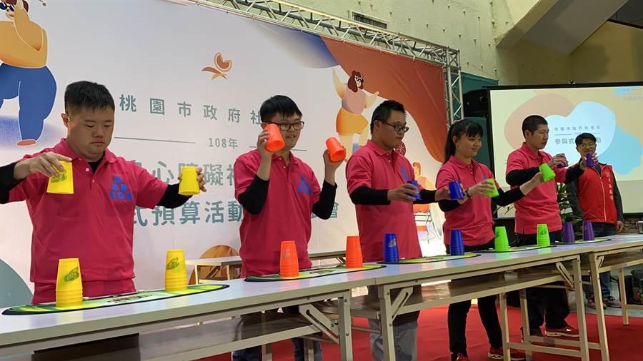 社會局19日舉辦身障參與式預算成果發表會,身障童們小露身手展現疊杯技藝。(蔡依珍攝)