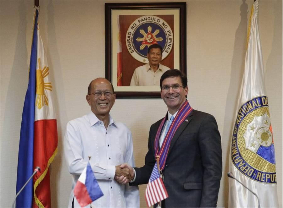 美國國防部長艾斯培(右)19日與菲律賓國防部長羅倫沙納拉舉行聯合記者會。(美聯社)