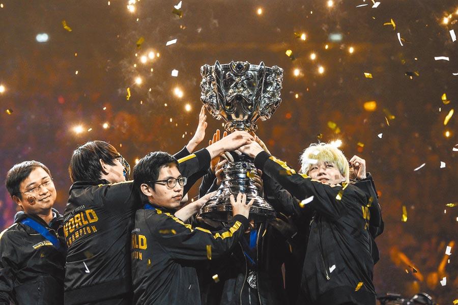 來自大陸的FPX戰隊,11月10日在法國巴黎的2019英雄聯盟第十屆全球總決賽上獲得冠軍。(取自新浪微博@人物)