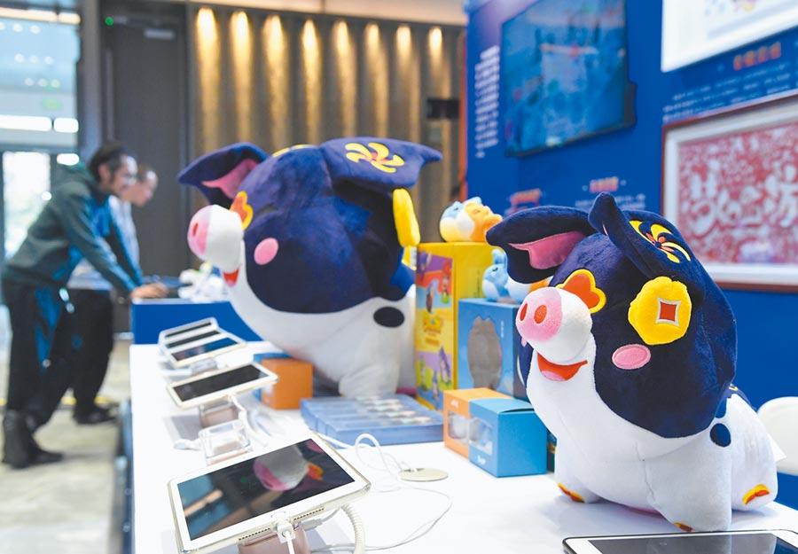 北京2019中關村數字文化產業交流展上展出的網路遊戲周邊商品。(新華社資料照片)