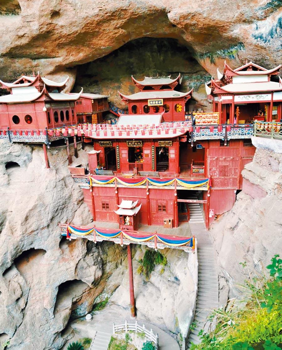 一根獨木撐起的甘露巖寺,位於福建泰寧縣大金湖西岸。這樣的建築奇蹟已存在870年。(記者陳文攝)