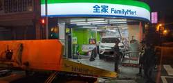 休旅車遭撞進超商 網友:全家都是我家停車場?