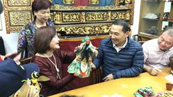 侯友宜拜訪新莊布袋戲藝師江賜美並替她歡慶生日