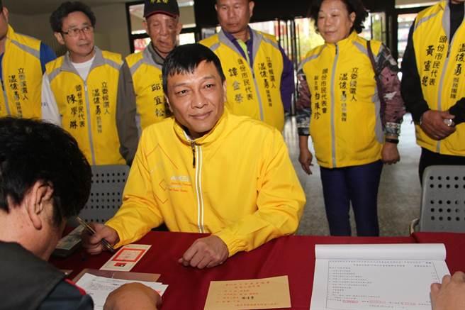 頭份市民代表會主席温俊勇20日完成登記。(何冠嫻攝)