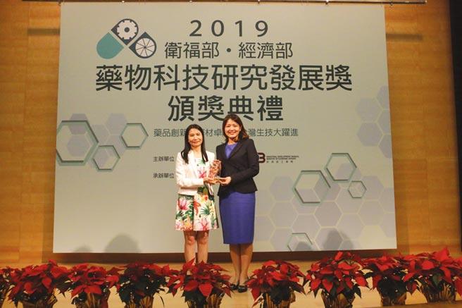 安克生醫獲衛福部、經濟部頒發醫材類「金質獎」,李伊俐總經理(右)代表領獎。圖/安克生醫提供