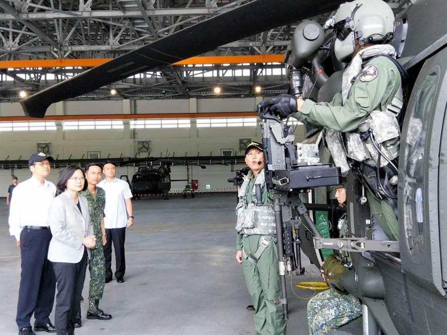 陸軍航特部602旅,爆出已婚中校偷吃同單位女士官醜聞。圖為2018年6月11日,總統蔡英文(左二)前往台中新社陸軍航空602旅,聽取UH-60M黑鷹直升機的訓練與維保作業流程。(中時資料照 陳淑娥攝)