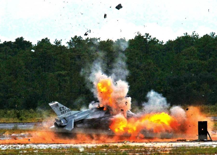 F-16「戰隼」退役後,被改裝為QF-16無人靶機,供美國空軍其他戰機進行打擊訓練,圖為QF-16被擊中,劃下轟轟烈烈句點的畫面。(美國空軍)