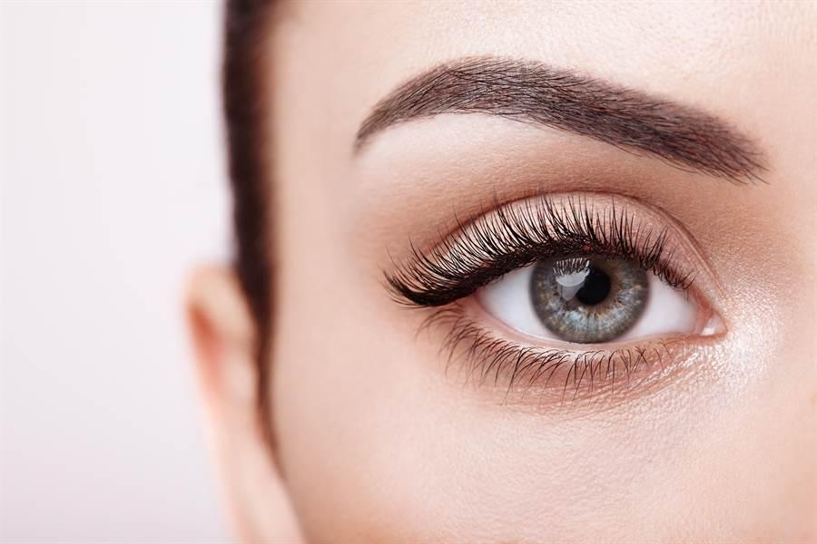 日本眼科醫學權威,提出3個護眼食品,除了能消除眼睛疲勞,還能抗老花和白內障。(圖/達志影像)