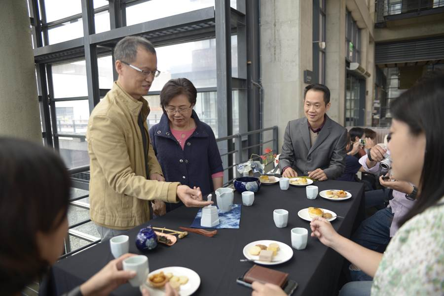 卓銘順也親自示範以茶具組泡茶,並分享創作理念。(許哲瑗攝)