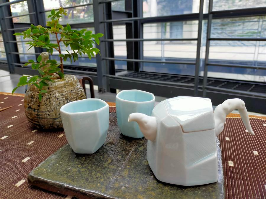 壺身以簡單的幾何線條,呈現山石的靜謐氣息,搭配輕柔質地的白色壺把、壺嘴。(許哲瑗攝)