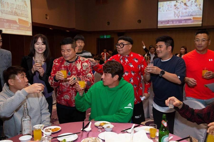球員彼此依依不捨,相約明年韓國見。(閃亮之星棒球隊提供)