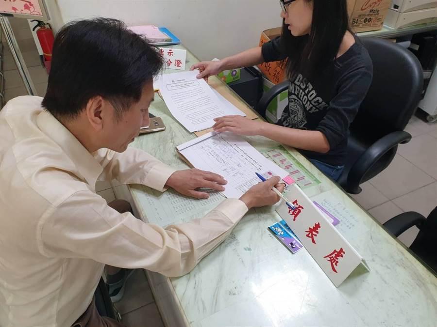 村長桃園市議員詹江村預告21日下午將登記參選,日前他已領表。(甘嘉雯攝)