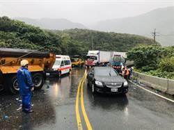 濱海公路化學槽車對撞砂石車 碎片散落