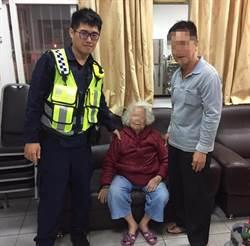 老婦外出跌坐路旁  巡警助返家