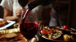 兩杯紅酒就超標!醫曝喝酒臉紅「致癌率飆50倍」