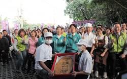 賴清德參訪旺梨小鎮 老闆贈超大守護台灣鳳梨酥